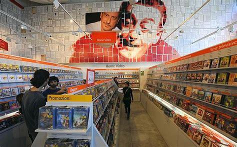 libreria feltrinelli napoli stazione centrale libri in carrozza foto giorno corriere mezzogiorno