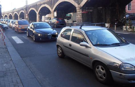 illuminazione catania catania cade palo dell illuminazione traffico in tilt