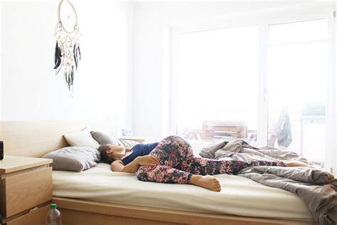 nackt auf dem sofa 5 220 bungen die du noch vor dem aufstehen machen solltest