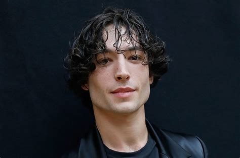 fan 2017 con ezra miller kisses fan at con 2017 ezra
