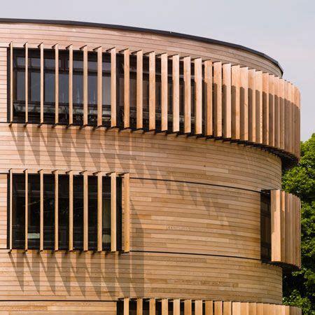 lamellen hout verticaal rond gebouw houten lamellen houten planken