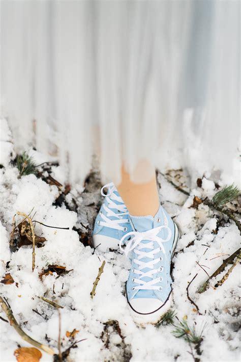 braut turnschuhe winterhochzeit im wald in serenity und gold von