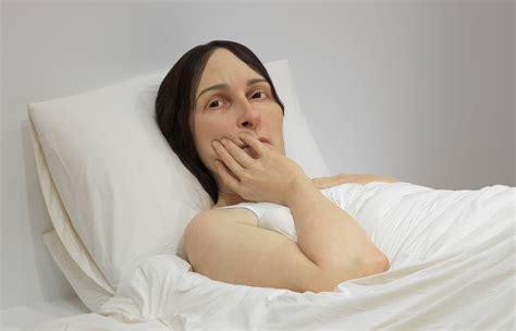 women in bed ron mueck