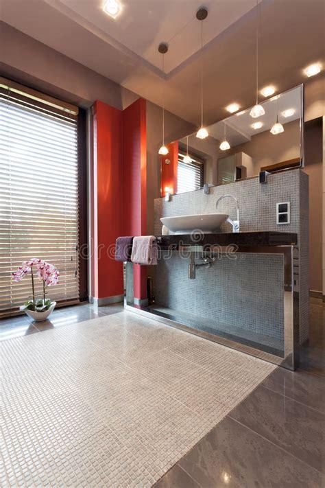controsoffitto in bagno controsoffitto e specchio in bagno fotografia stock