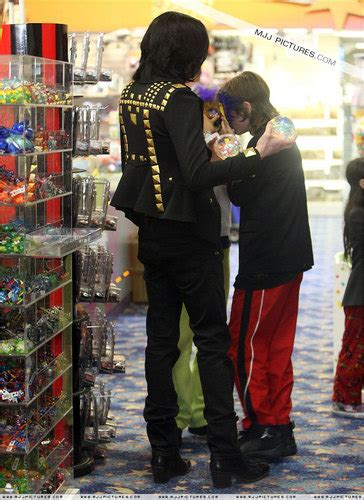 jackson y tom michael jackson images michael shopping with his kids at