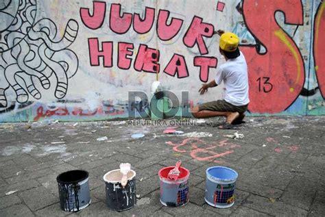 membuat anak jujur mural anti korupsi menghiasi tembok di kawasan cikini
