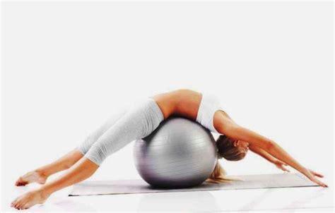esercizi pilates a casa pilates con fitball l allenamento si trasferisce a casa