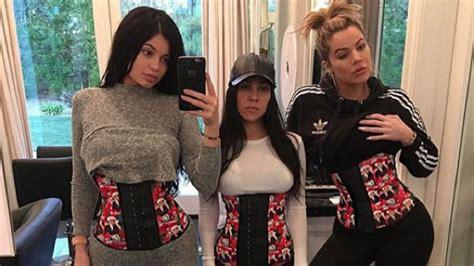 imagenes video kim kourtney kardashian disfrutando de las mira cul de las kardashian despiden el 2015 con poca ropa
