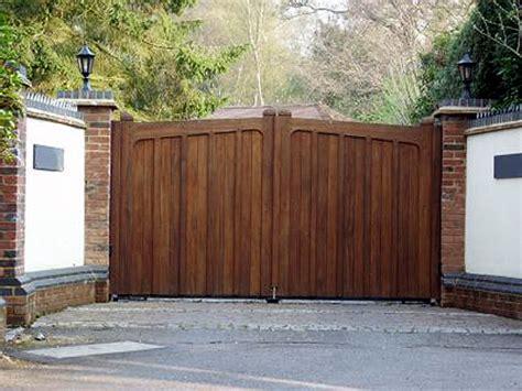 einfahrt gate designs holz wooden driveway gates fence
