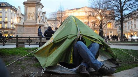popolare di bergamo milanese non le danno la casa popolare pianta la tenda in