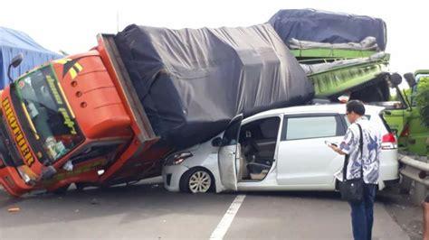ertiga masih utuh tertimpa truk di tol cikunir menuai