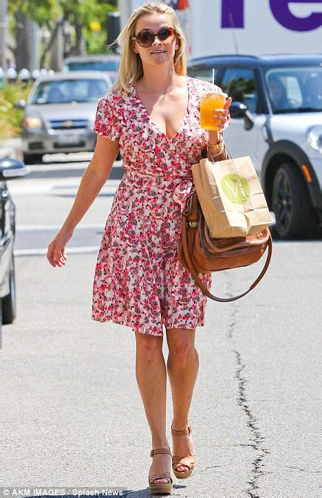 Reese Witherspoon To Beckham Look At Whos Wearing Your by Light And Breezy Reese Witherspoon Looks Flirty In Floral