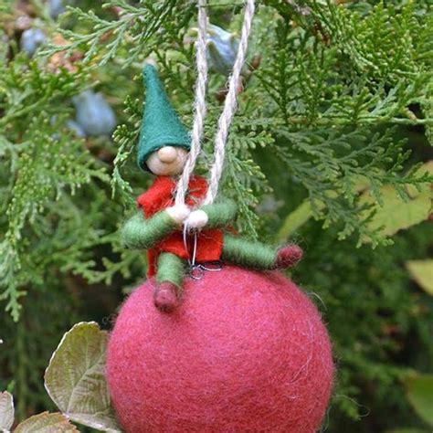 Weihnachtswichtel Filzen Anleitung by Wichtel Auf Der Christbaumkugel Idee Mit Anleitung