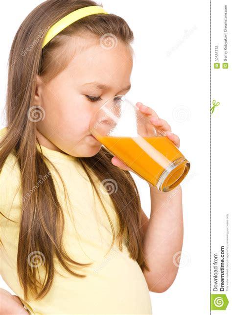 imagenes niños bebiendo agua la ni 241 a est 225 bebiendo el zumo de naranja fotos de archivo