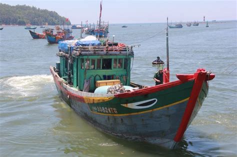 types of vietnamese boats vietnamese fishing boat hit by chinese vessel in vietnam s