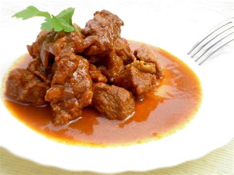 come cucinare lo spezzatino di vitello spezzatino tocchetti di carne immersi in un sughetto