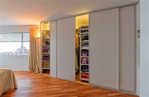 schlafzimmerschrank tiefe begehbarer schrank durch drehregale mit innenbeleuchtung