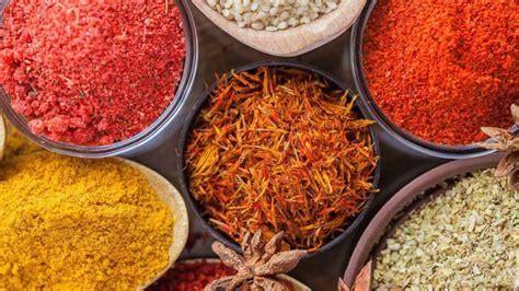cucina indiana piatti tipici cucchiaino di curcuma in polvere cucchiaino di zafferano