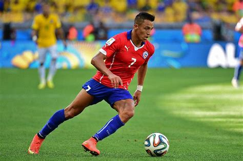 alexis sanchez goal for chile arsenal closes down on barcelona s alexis s 225 nchez