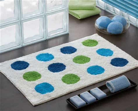 großer weißer teppich blau dekor badezimmer