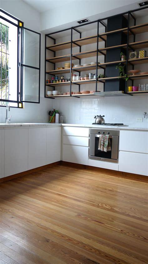 cocina  piso de madera mesada de carrara muebles laqueados  alacena colgante  estantes