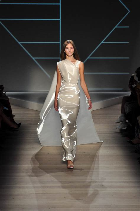 Catwalk To Carpet Menounos In Pamella Roland by Pamella Roland Catwalk Show Report Nyfw S S 2016 The