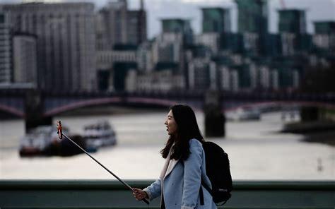 Tongsis Buat Kamera Belakang 8 trik selfie keren buat travelers