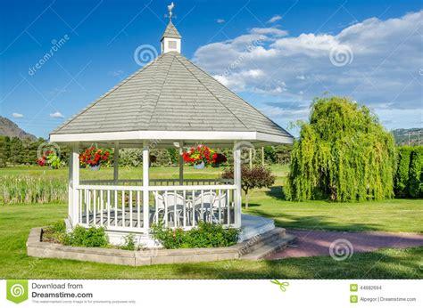 gazebo legno bianco gazebo di legno bianco fotografia stock immagine di