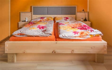 wandpaneele bett doppelbett mit wandpaneele und h 228 ngenachtk 228 stchen m 246 bel