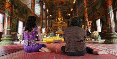 asian girl praying  temple cambodia   eldelik