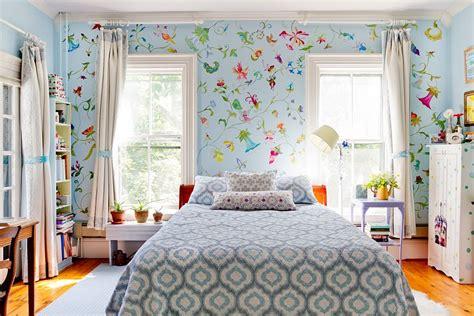 girls bedroom wallpaper ideas d 233 pareiller les tables de chevet pour une chambre