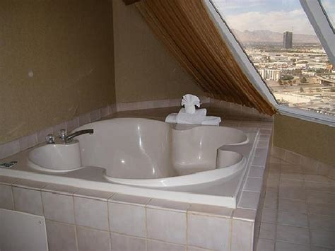 las vegas hotel with tub in room luxor sphynx and light picture of luxor las vegas las vegas tripadvisor