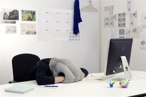 cuscini per dormire in ecco il cuscino per dormire in ufficio e migliorare la