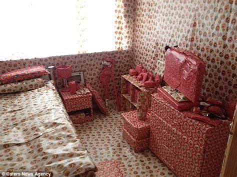 Prankstersver Housemates Bedroom In Leftover Christmas