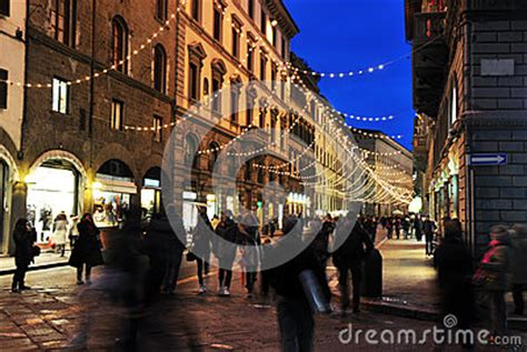 libro time out florence city florence night street wolking people editorial stock image image 28093224