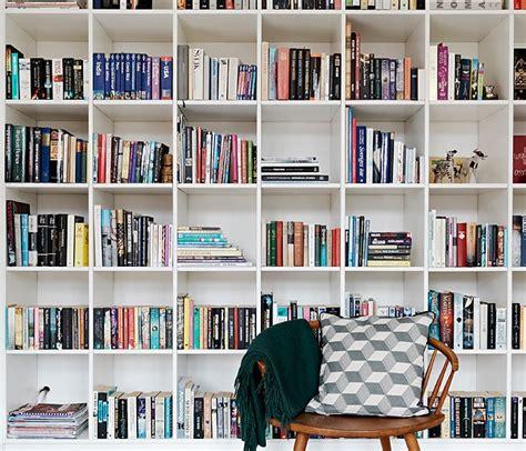 estante para livros novo mundo decorando a estante de livros