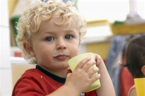 alimentazione bimbi 12 mesi latte ai bambini dopo i 12 mesi nostrofiglio it