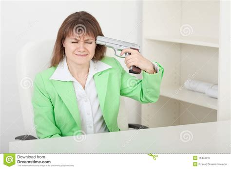 travail au bureau le femme commet le sur le lieu de travail au