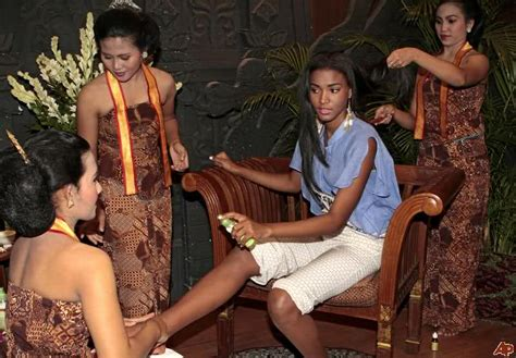 Nadine Chandrawinata Miss Universe Indonesia Indecency Charges by Leila Lopes Miss Universe 2011 Visit To Indonesia Pictures
