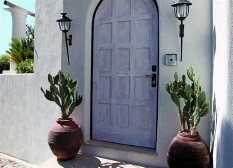 ingresso giardino come decorare gli ingressi con piante e vasi da giardino