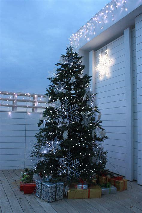 christmas tree photos file christmas tree and presents outside astir beach