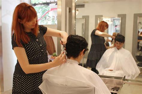 cortando el pelo maria baras cortando el pelo a alicia