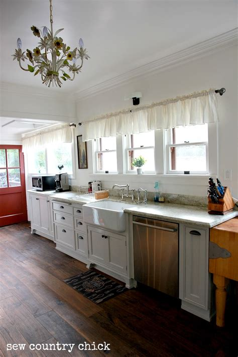 Pulls Or Knobs On Kitchen Cabinets A Simply White Farmhouse Kitchen Sew Country Diy