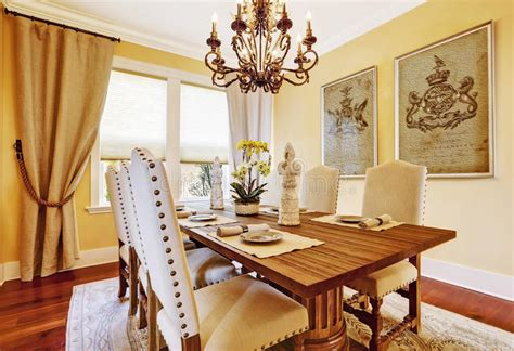 sale da pranzo di lusso sala da pranzo di lusso con la tavola di legno scolpita