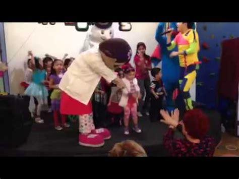 la fiesta de la 8415207816 en la fiesta de luisita de doctora juguetes youtube