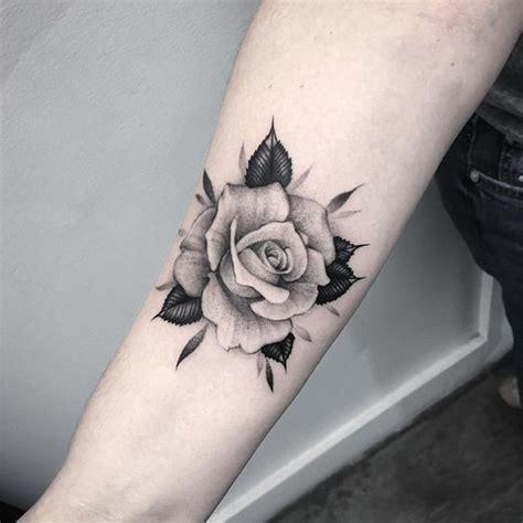 de tatuajes de rosas 45 estilos y dise 241 os de tatuajes de rosas para mujeres
