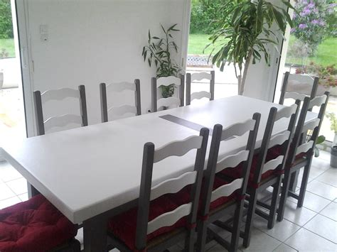 Comment Renover Une Table En Chene Vernie by Table Et Chaises En Ch 234 Ne Vernis Relook 233 Es En Blanc Et