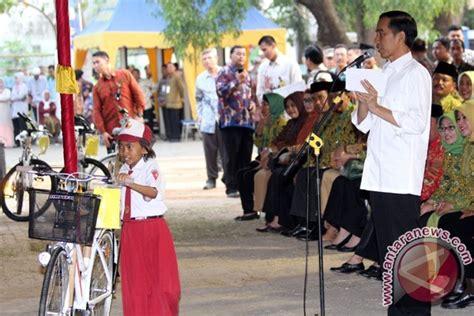 Buku Nguping Selebriti Barus presiden jokowi beri sepeda ke siswa barus antara news