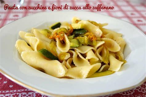 ricetta pasta con fiori di zucchina pasta con zucchine e fiori di zucca allo zafferano
