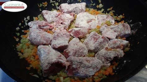 cucinare spezzatino di manzo spezzatino di manzo il secondo della domenica cucinare it